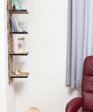 Regal für Bücher aus Bohlenholz
